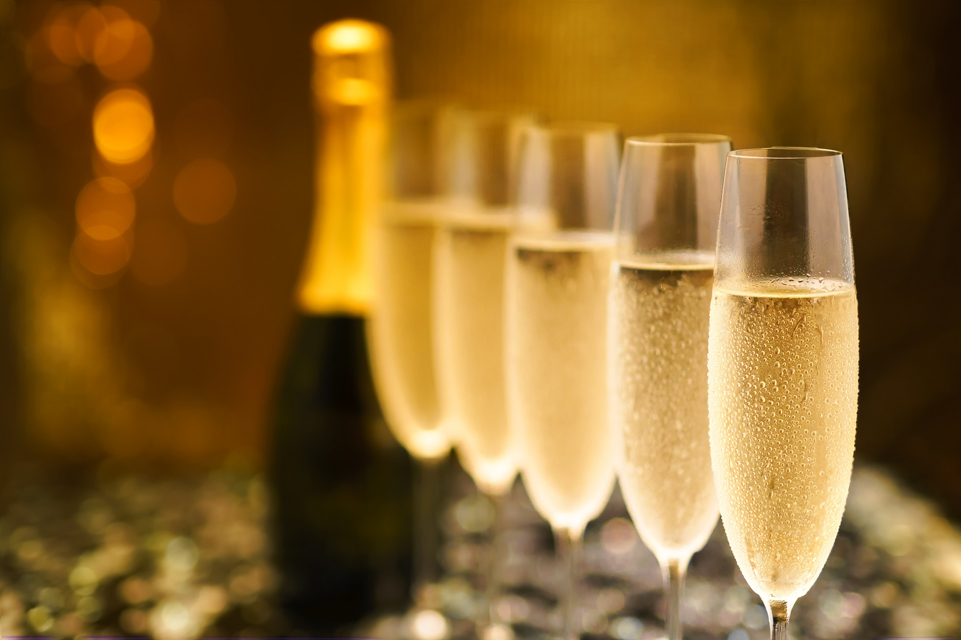 Many,Glasses,Of,Champagne,In,A,Line.,Selective,Focus.,Vintage